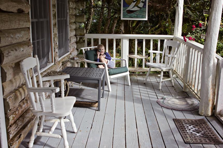 Meie veranda, kus me suure osa päevast veedame. Päiksepaistelise ilmaga on seal hea päikest võtta ja vihma korral (meil sadas just 2 ja pool päeva järjest) kaitseb vihma eest. Mu lemmikkoht siin majas :)