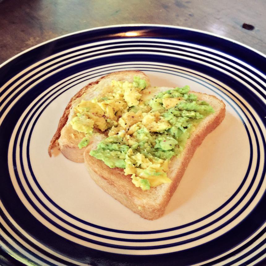 Mu hommikune avokaadovõileib. Hakkasin siin olles väga avokaadot armastama ja olen seda nüüd väga tihti hommikuks söönud. Soola, pipart ja sidrunimahla peale ja mmmmmmm....