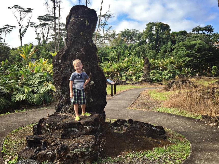 Kren poseerib laavapuuga Lava Tree State Pargis