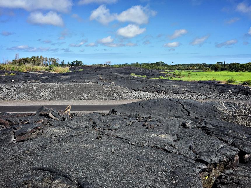 Siin on näha, kuidas laava on voolanud üle teede ja need on hiljem taastatud.